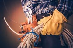 Elettricista con cavo elettrico immagine stock libera da diritti