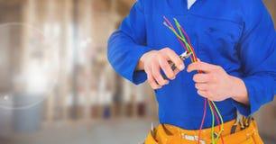 Elettricista con i cavi di cavi sul cantiere immagine stock libera da diritti