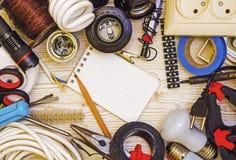 Elettricista dello strumento della pagina su un fondo di legno Fotografia Stock