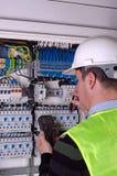 Elettricista durante il measurment Immagini Stock Libere da Diritti