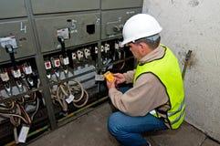 Elettricista nell'potenza di commutazione Immagini Stock