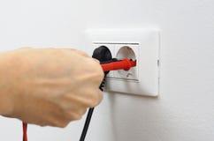 Elettricista su lavoro immagine stock