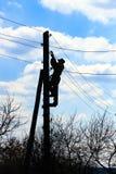 Elettricista sul palo di energia elettrica Immagine Stock Libera da Diritti