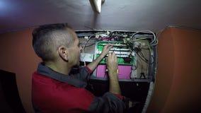 Elettricista Working sugli interruttori automatici con il cacciavite archivi video