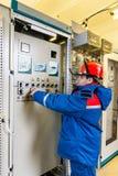 Elettricisti alla sottostazione immagine stock