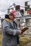 Elettricisti alla sottostazione immagini stock libere da diritti