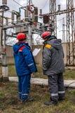 Elettricisti alla sottostazione immagine stock libera da diritti