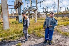 Elettricisti alla sottostazione fotografia stock libera da diritti
