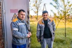 Elettricisti alla sottostazione fotografie stock libere da diritti