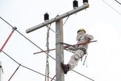 Elettricisti che lavorano ad un'automobile della gru Fotografie Stock Libere da Diritti