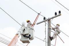 Elettricisti che lavorano ad un'automobile della gru Fotografia Stock Libera da Diritti