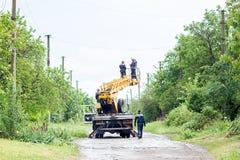 Elettricisti che lavorano ai pali, a fotografia stock libera da diritti