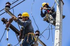 Elettricisti che lavorano insieme fotografia stock