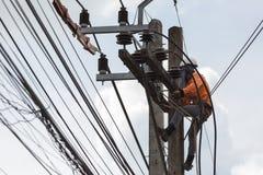 elettricisti che riparano cavo della linea elettrica su energia elettrica fotografia stock