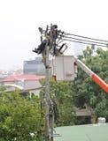 Elettricisti che riposano mentre lavorando al palo di elettricit? fotografia stock libera da diritti