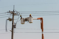 Elettricisti su una gru Fotografia Stock Libera da Diritti
