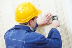 Elettricisti sul lavoro dei collegamenti del cavo Fotografie Stock