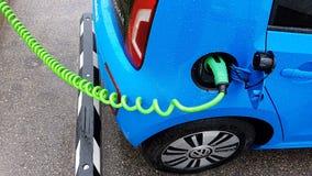 Elettricità di carico dell'automobile fotografie stock