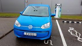 Elettricità di carico dell'automobile blu di volkswagen fotografie stock libere da diritti