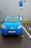 Elettricità di carico dell'automobile blu di volkswagen immagini stock