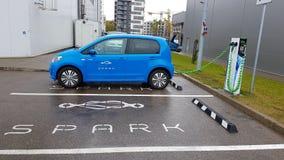 Elettricità di carico dell'automobile blu di volkswagen fotografia stock