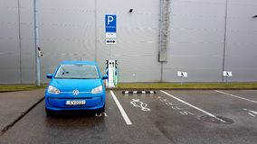 Elettricità di carico dell'automobile blu di volkswagen fotografia stock libera da diritti