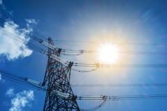 Elettricità e sole luminoso, concetto di energia solare immagine stock libera da diritti