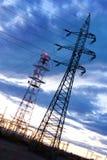 Elettricità - industria energetica di potere - pali elettrici ai soli immagine stock