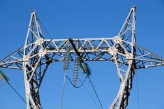 Elettricità pilone o della torre ad alta tensione di alta tensione pericolosa Immagine Stock