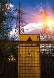 elettricità Segno pericolosamente ad alta tensione al tramonto Fotografia Stock