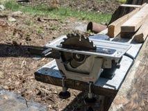 Elettrico ha veduto con la lamierina circolare per legno fotografia stock libera da diritti