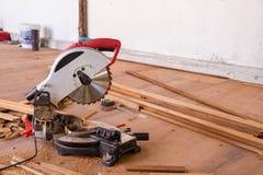 Elettrico ha veduto con la lamierina circolare per legno immagini stock libere da diritti