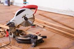 Elettrico ha veduto con la lamierina circolare per legno fotografia stock