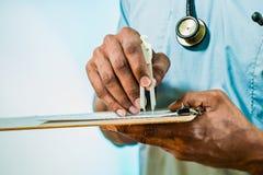 elettrocardiogramma di misura del dottore Using Calipers To Fotografia Stock Libera da Diritti