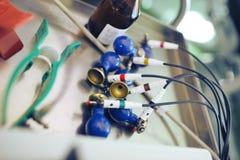 Elettrodi per la registrazione di ECG sulla superficie del ferro di tabl medico fotografia stock libera da diritti