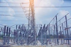 Elettrodotti elettrici, sottostazione ad alta tensione del trasformatore elettrico fotografie stock