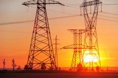 Elettrodotto ad alta tensione Colonne di energia Al tramonto, Immagine Stock