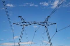 Elettrodotto ad alta tensione contro un cielo nuvoloso fotografia stock libera da diritti