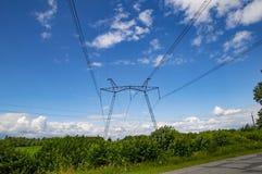 Elettrodotto ad alta tensione contro un cielo nuvoloso fotografie stock libere da diritti