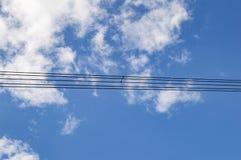 Elettrodotto ad alta tensione contro un cielo nuvoloso fotografia stock