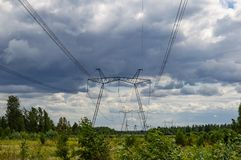 Elettrodotto ad alta tensione contro un cielo nuvoloso immagine stock