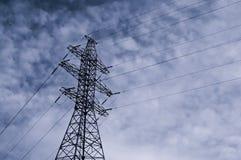 Elettrodotto ad alta tensione Fondo industriale con la torre ad alta tensione sui precedenti di cielo blu Fotografia Stock