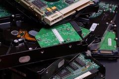 Elettronica consumata Una pila di dischi rigidi usati immagine stock