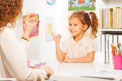 Elevövningar som sätter fingrar som hennes lärare Royaltyfri Foto