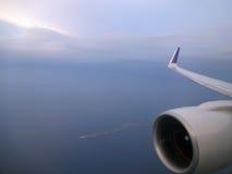 A elevação aérea no céu disparou com o jato e a asa de um commercia Imagens de Stock Royalty Free