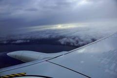 A elevação aérea no céu disparou de cima das nuvens com a asa Foto de Stock Royalty Free