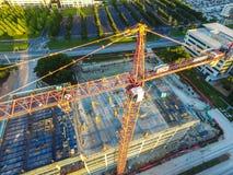 Elevação acima da vista para baixo na opinião aérea do zangão do guindaste de construção que constrói arranha-céus novos em Austi fotografia de stock royalty free