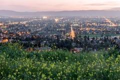 A eleva??o acima de Silicon Valley coloriu com mostardas de campo na mola fotos de stock