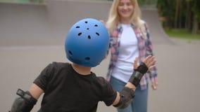 Elevação atlética cinco da mamã do filho do rolo do lazer da família vídeos de arquivo