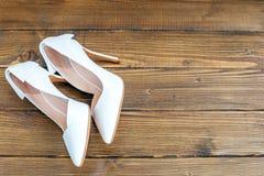 Elevação branca sapatas colocadas saltos Sapatas das mulheres Vista superior Partido do conceito, w Imagem de Stock Royalty Free